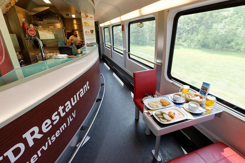 食堂車ではチェコならではの食事が提供されている