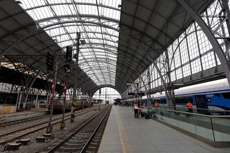 プラハ本駅に到着。プラットフォームの天井が改装されている