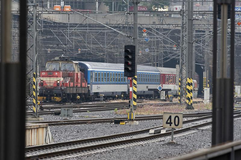 到着したタイミングでプラハ本駅から見える場所にあるトンネル内で事故が発生。事故を起こした列車が停車していた