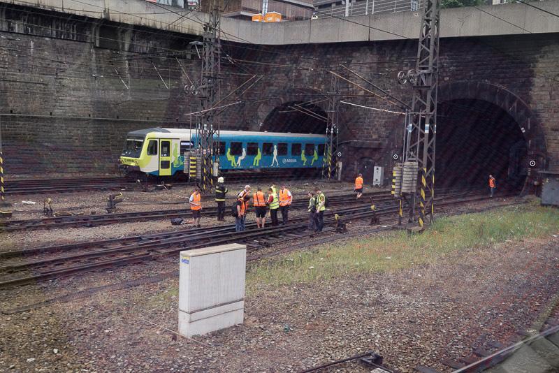 オレンジ色のベストを着ているのは鉄道のレールなどインフラ部分を担う会社の従業員。列車を撤去後、調査に当たっていた