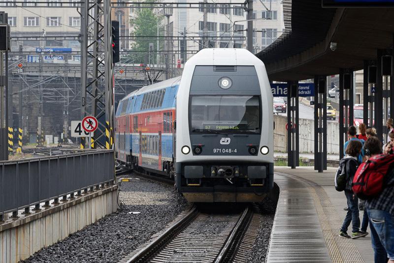 かろうじてプラハ本駅に入線してきた2階建ての列車にひとまず乗車。次のスミホフ駅で本来の列車に乗り換えることができた