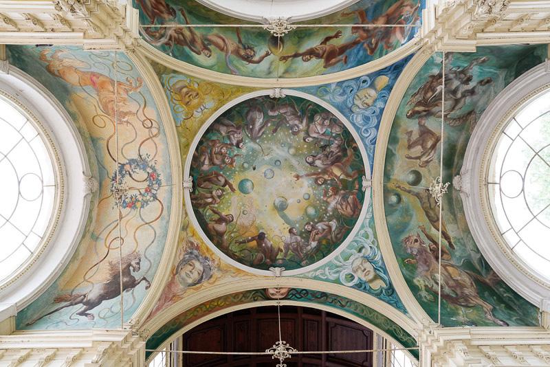 天井や壁には絵が描かれているが、これらはさほど古いものではない