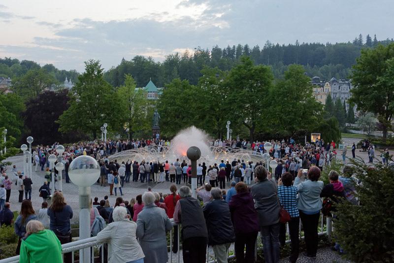 広場にある噴水は、毎日定時に音楽が流れるとともに、それに合わせて水が噴き出す。ゆったりできる場所でもあるが、このイベントは観光客が大勢集まってくるにぎやかな瞬間だ