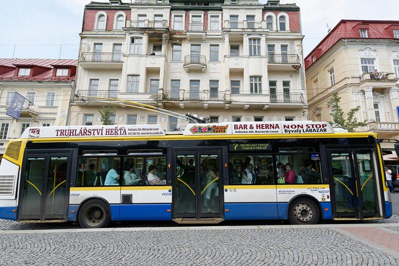 駅と街を巡回するトロリーバスも運行中