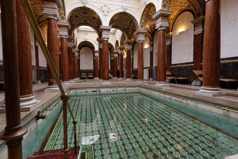 プールのように広いローマ風呂