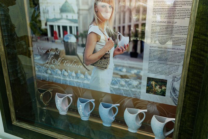 飲泉用の陶製のカップが販売されている