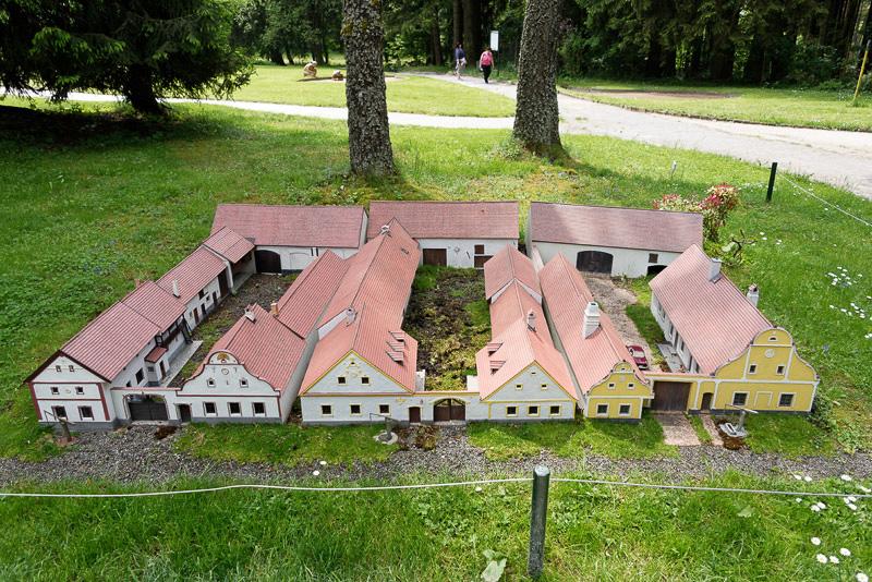 バロック様式とロココ調の家々が連なる小さな村