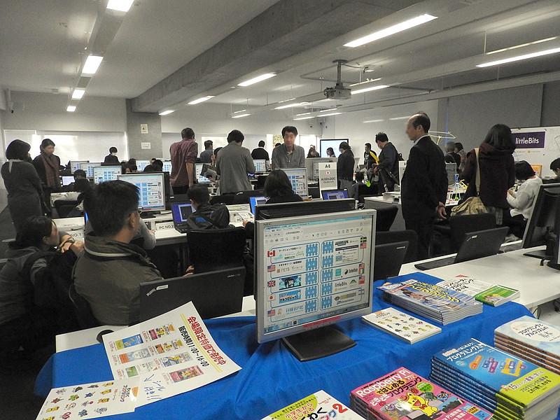 """G7プログラミングラーニングサミット""の展示・体験会場の様子。多くの来場者が詰めかけ、実際にプログラミングツールの体験を行なっていた"