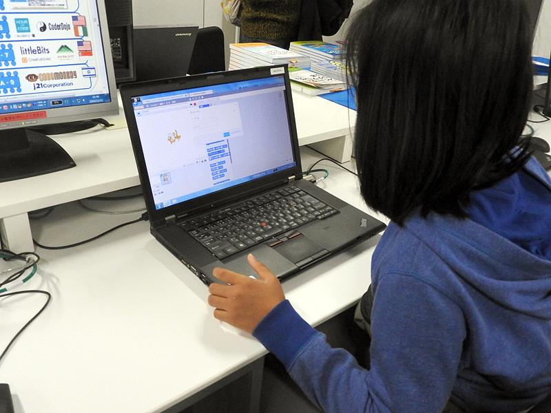 日経BP社のブースには、同社が出版している「Scratch」やプログラミング学習関連書籍の販売コーナーと「Scratch」体験コーナーが用意されていた