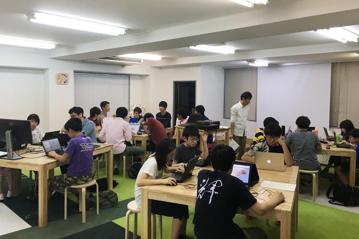 著者が主催するプログラミングスクールTENTOの受講風景。子どもたちは思い思いの課題に取り組み、講師がその活動をサポートしている
