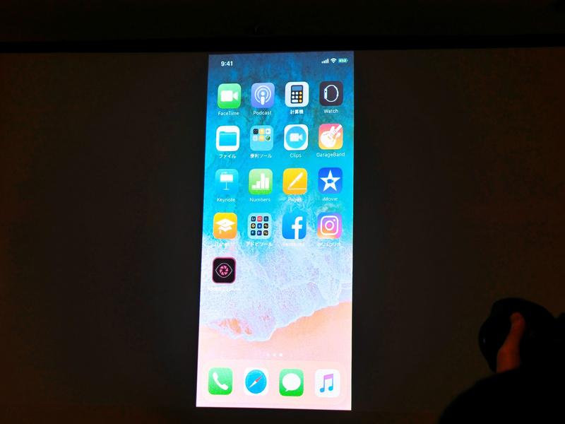デモンストレーションはiPhoneを用いて行われた。まずは「Adobe Capture CC」のアプリを起動