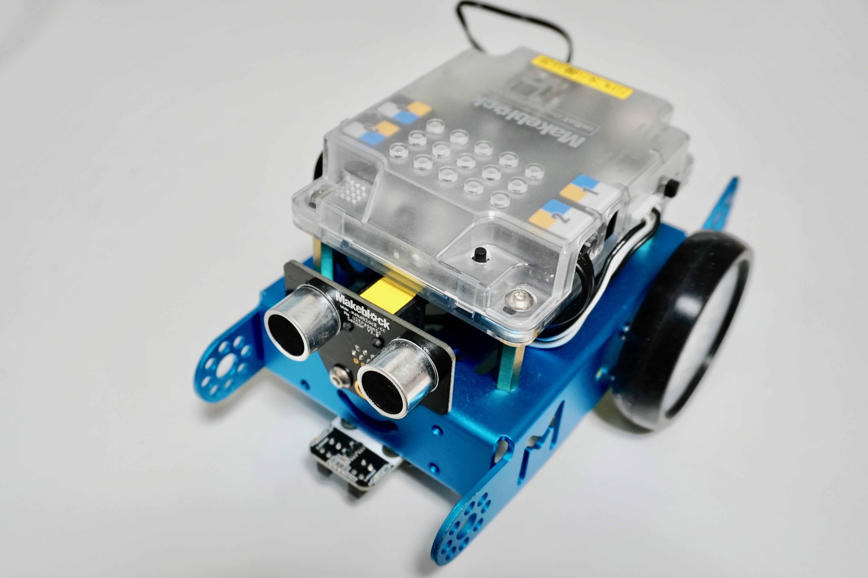 """組み立て後の""""mBot""""。目は超音波センサーになっている"""