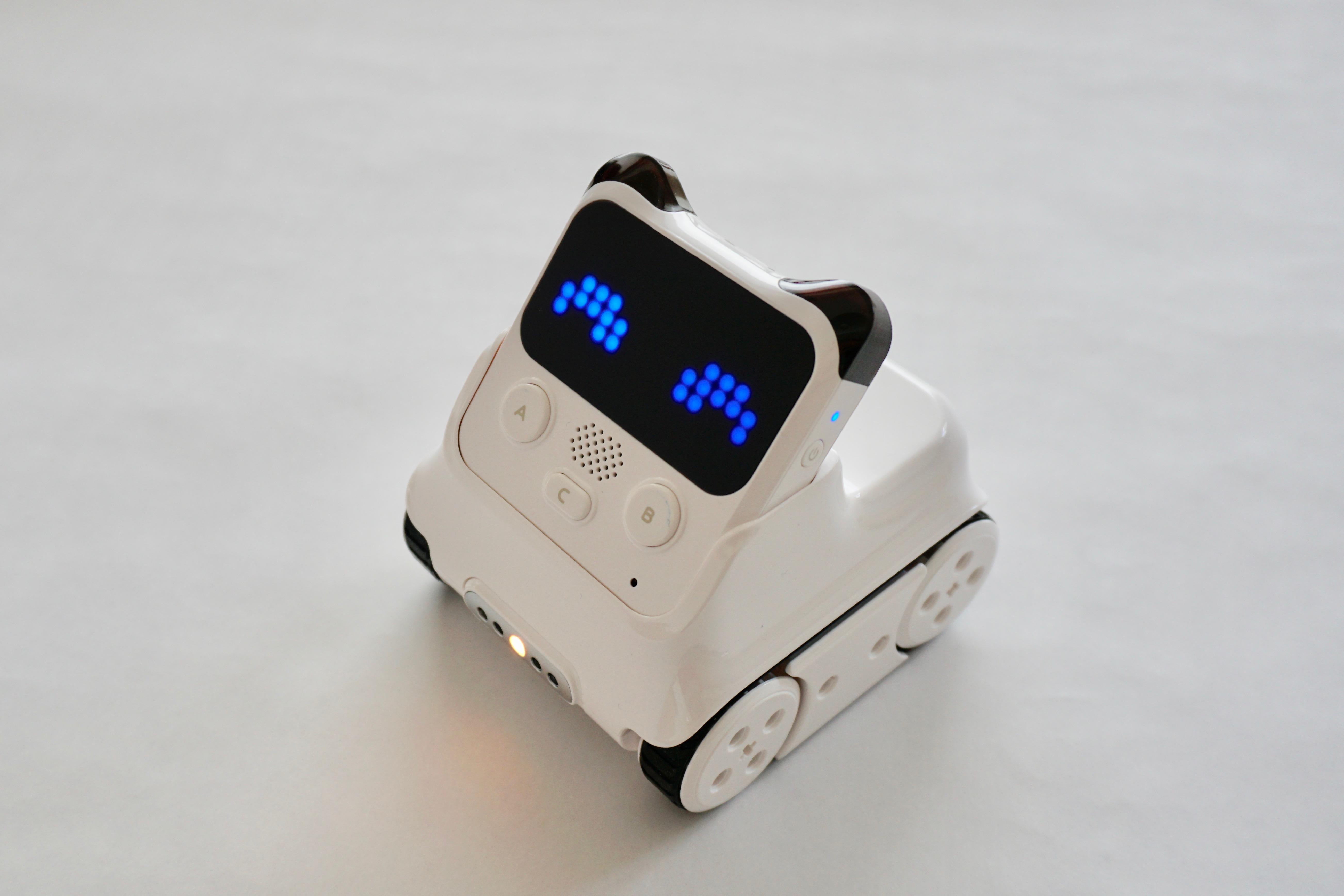 """""""Codey Rocky""""はパンダのような頭と4つの車輪のついたロボット。頭部分だけを外して単独で使うこともできる。頭部分が""""Codey""""で車輪のついたボディ部分が""""Rocky"""""""