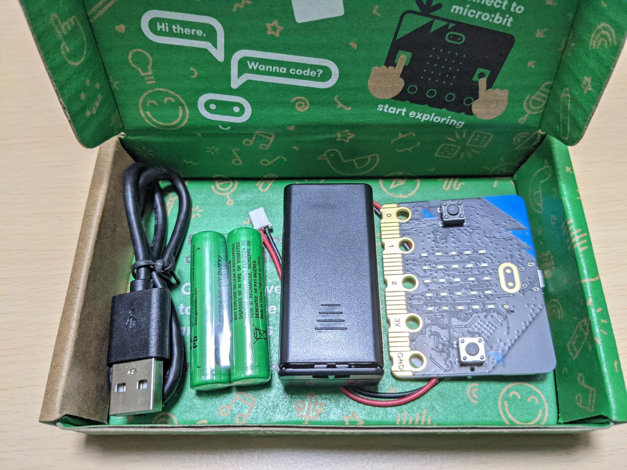 今回はmicro:bitとセットで販売されているケーブルを使いますが、micro:bitを単品で購入した場合は給電とデータ通信に対応したMicro USBケーブルを用意してください