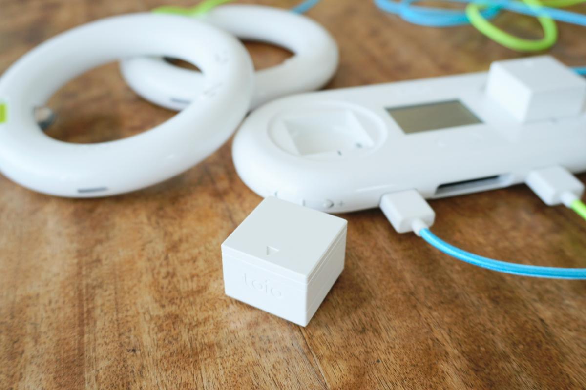 toio本体。カートリッジをセットする「toio コンソール」のほか、リング型のコントローラー「toio リング」とキューブ型ロボット「toio コア キューブ」が2個ずつ付いている