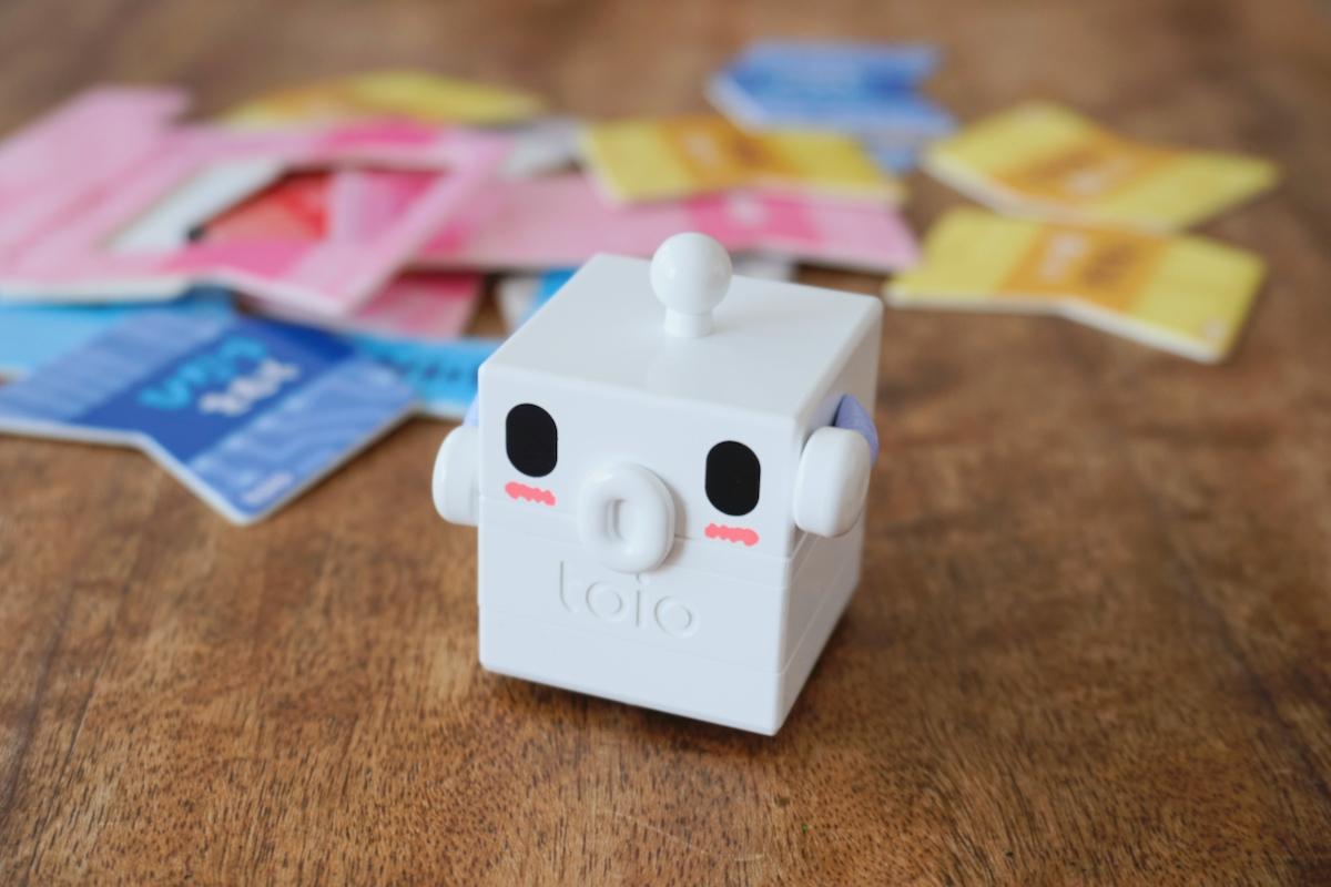 「Go Go ロボットプログラミング」についてくる顔と手のついたキャップをtoio コア キューブにかぶせるとキャラクターらしくなる