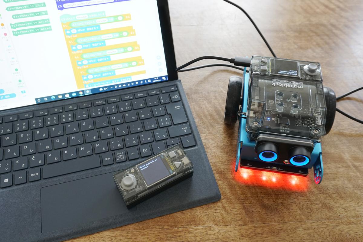 USBケーブルを順番に差して、2台のCyberPiにそれぞれのプログラムを転送