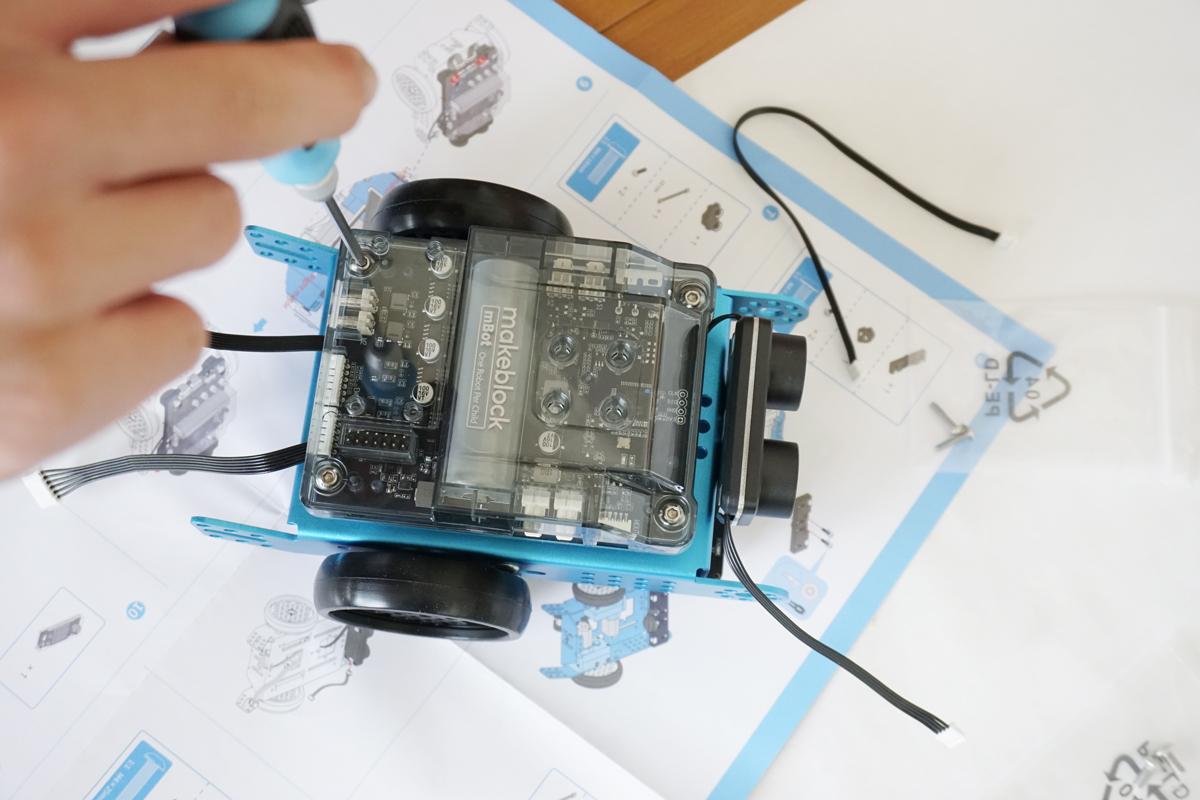 組み立てる工程。目のパーツは超音波センサーで、前方下部にはクアッドRGBセンターがつく