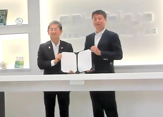 ZVC Japan カントリーゼネラルマネージャーの佐賀文宣氏(右)と、三井住友海上火災保険 常務執行役員の立松博氏(左)