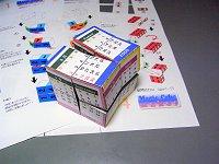 印刷した型紙を切り抜き、立方体に貼り付けて完成