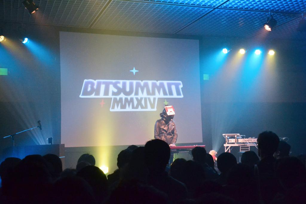 """イベントステージも用意され、稲船敬二氏ほか""""ロックマン""""シリーズに関わったスタッフによるアクションゲーム「蒼き雷霆ガンヴォルト」など、コンシューマーゲームの新作発表なども行われた。さらには音楽のライブイベントも"""