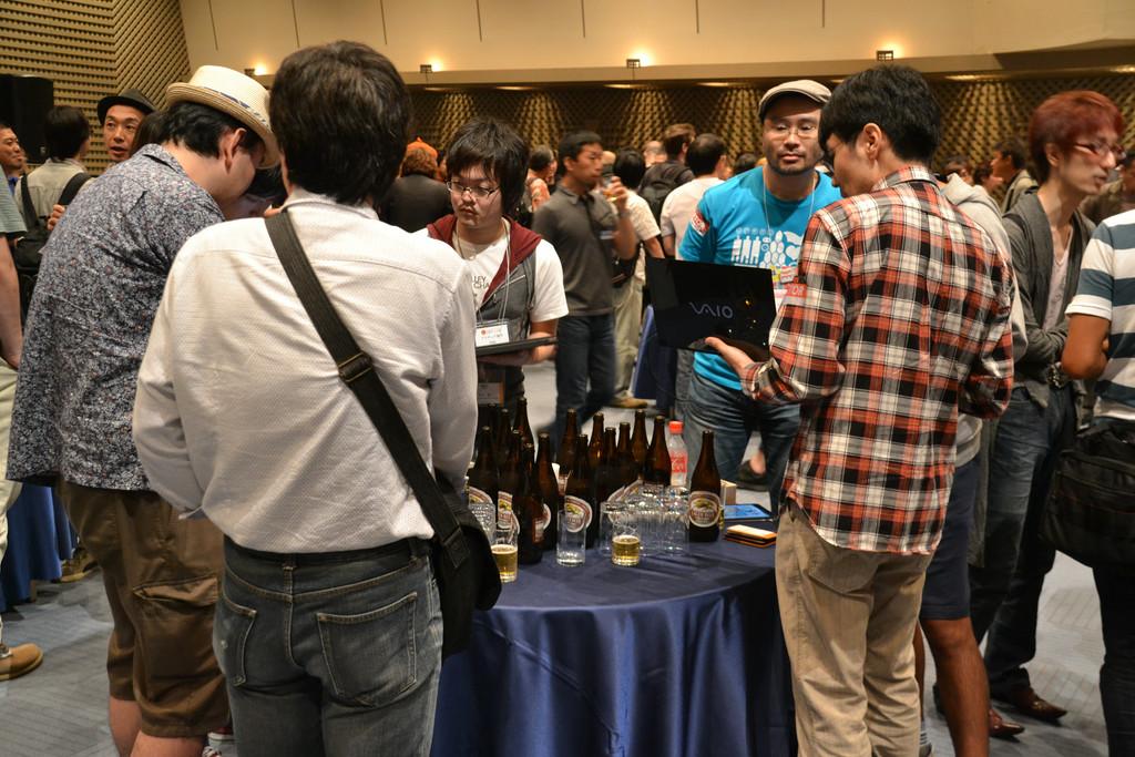 インディーゲーム関係者が一堂に会するとあって、自分の開発したゲームを持ち込んでアピールする人や、ビジネスの話で盛り上がる一団など、さまざまな姿が見られた