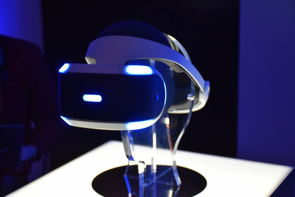 """ソニーのPS4用VR HMD""""Project Morpheus""""の製品版プロトタイプ。描画速度が120fpsと驚異の描画性能を実現している。DUALSHOCK 4やPlayStation MoveをPlayStation Cameraを使って認識し操作。2016年上半期の発売を予定している"""