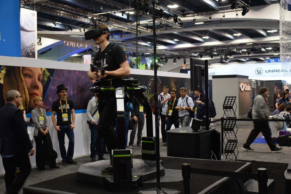 VR内での歩行が可能なOmni。専用の靴を履いて利用する