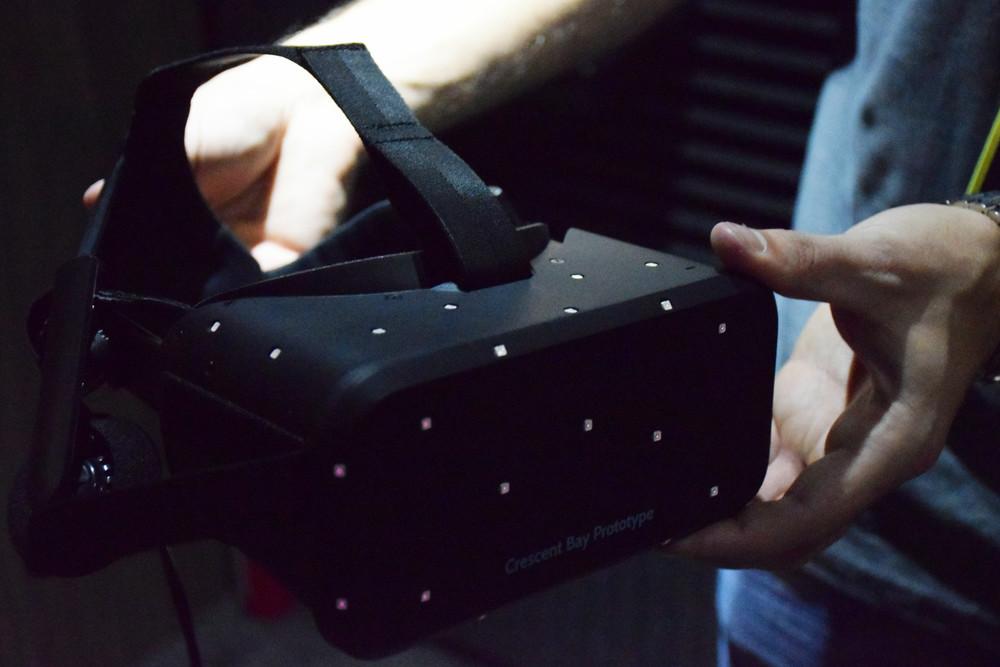 """Oculus Riftの新型プロトタイプ""""Crescent Bay""""。従来のモデルに比べ軽量化が図られている。また、両耳の場所にヘッドホンが備わっている"""