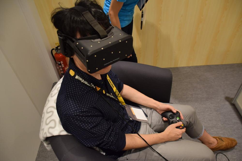 Oculus Rift製品版プロトタイプのCrescent Bay。残念ながら製品版そのものの体験は見送られ、展示のみとなっている