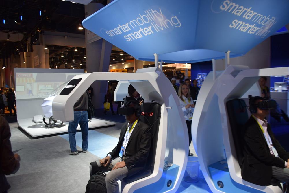デンソーのOculus Rift DK2での展示。トラッキングカメラを組み込むため前方まで突き出す近未来的な構造になっている。