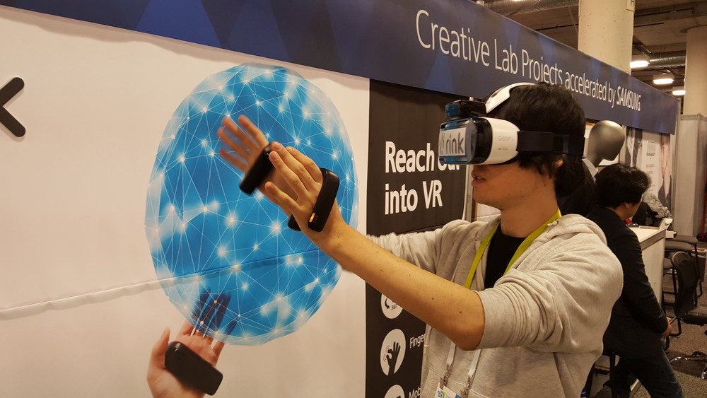 """サムスンのR&Dチームが開発中の""""Rink""""。こちらもGear VRやモバイルVRに使用可能。赤外線センサーにより、指の開閉をトラッキングする。精度がいまいちだが、装着感は非常に自然"""