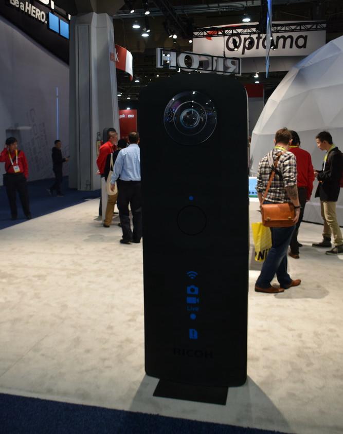 リコーブースには等身大サイズのジャイアントTHETA Sのモックが登場